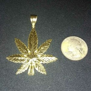 Jewelry - Gold weed leaf pendant